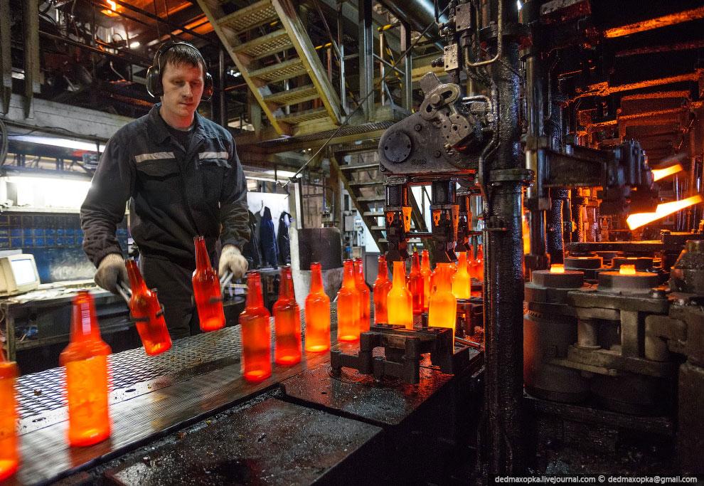 Десятисекционная линия, производящая бутылки из коричневого стекла