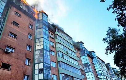 Крыша жилой многоэтажки в Королеве сгорела почти полностью