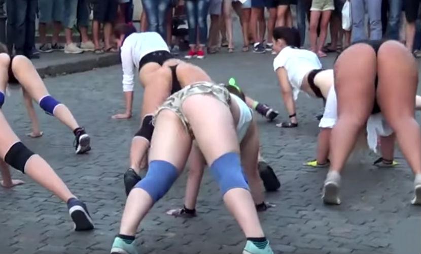 Порно онлайн с танцующими попами, порно кастинг с солидными тетками