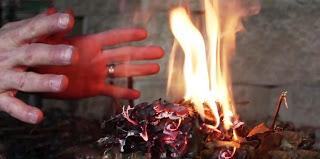 Добыча огня с помощью батарейки и фольги