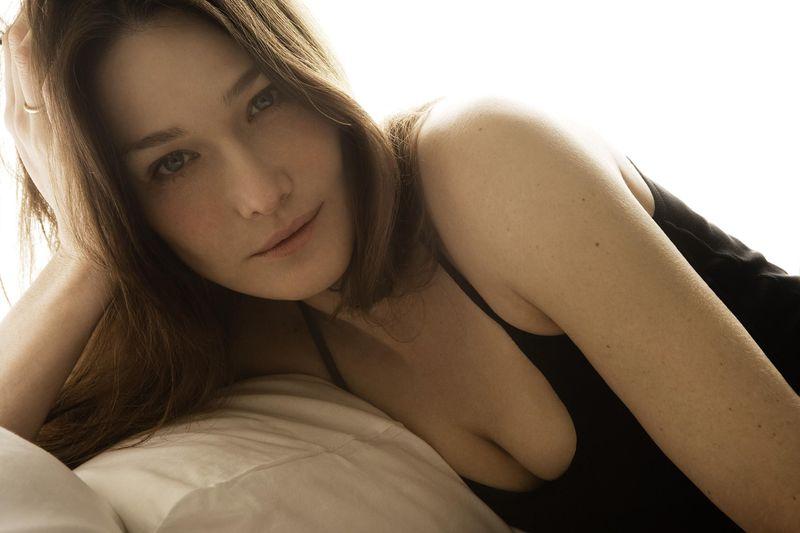 Самые незабываемые сексуальные фотографии Карлы Бруни