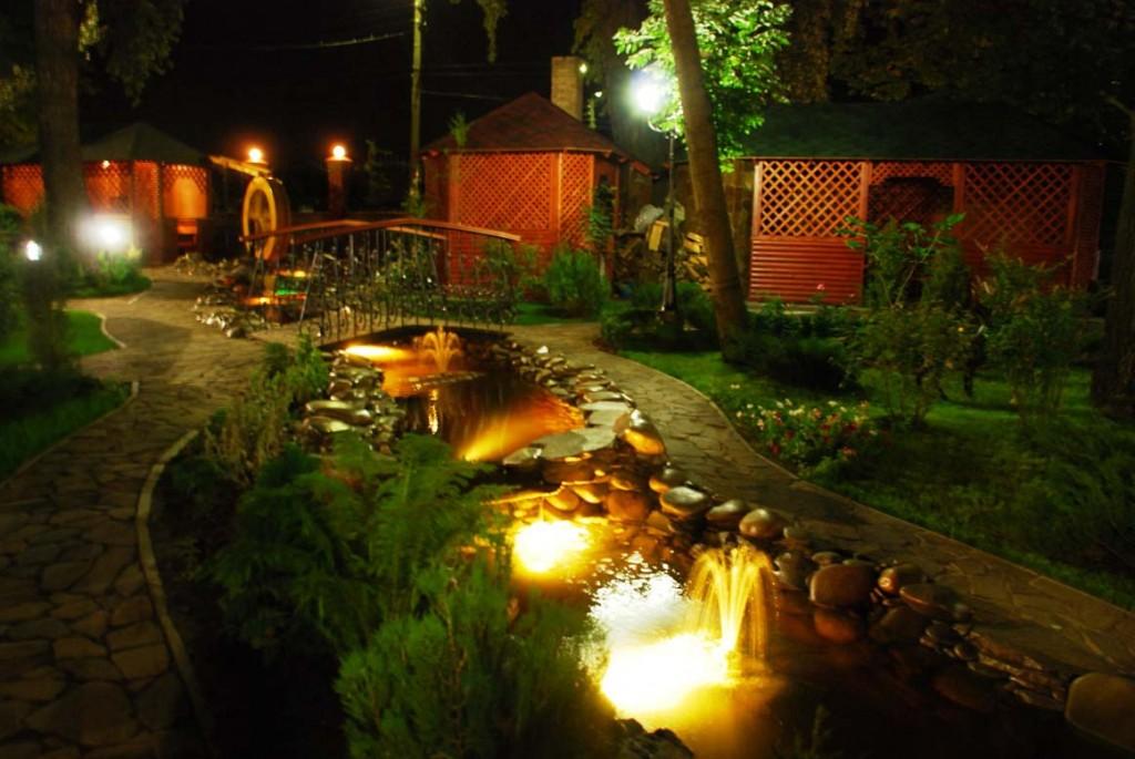 Как красиво оформить двор при помощи освещения