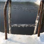 Экстремальный заплыв под лед чуть не закончился трагедией. Видео