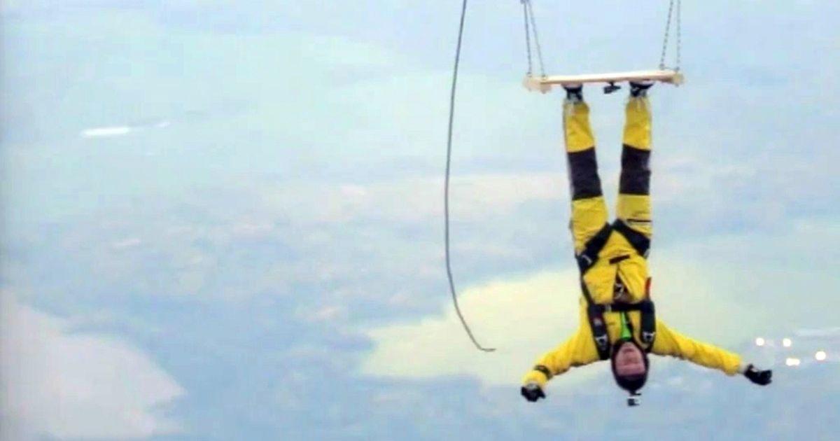 В России человека приклеили клеем и повесили его вверх головой на высоте 1 300 метров
