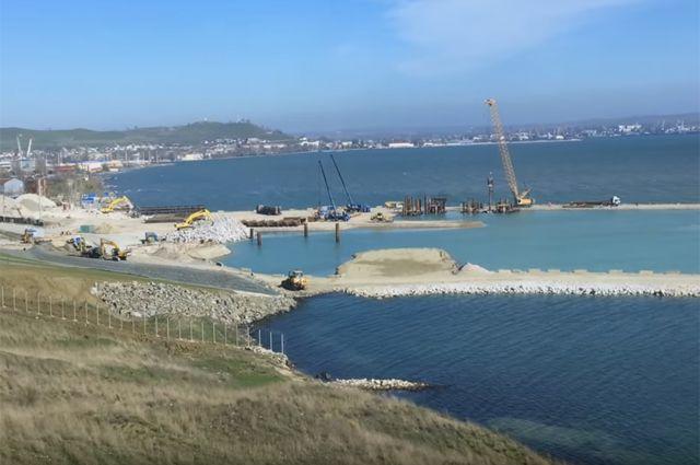 Первая опора Керченского моста построена