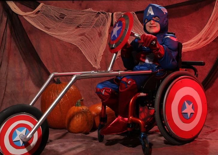 Отец создает костюмы для инвалидного кресла своего сына