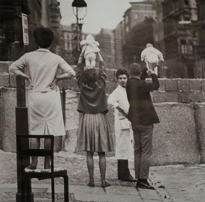 14 Жители западного Берлина показывают своих детей своим родителям живущим в восточном Берлине война история память