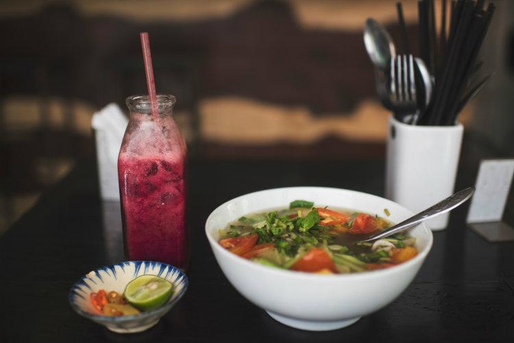 Что есть при простуде: витамин С и эхинацея не работают, а куриный суп и цинк — очень даже