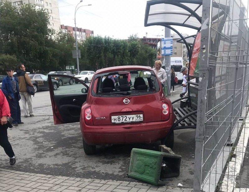 В Екатеринбурге женщина перепутала педали и сбила несколько человек на остановке
