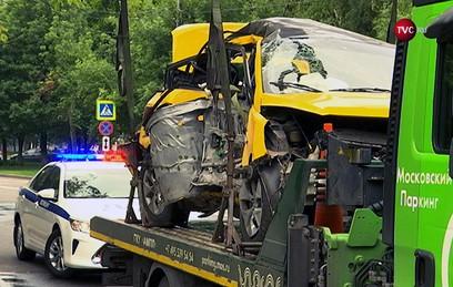 В Москве три человека погибли в ДТП с участием такси. Видео