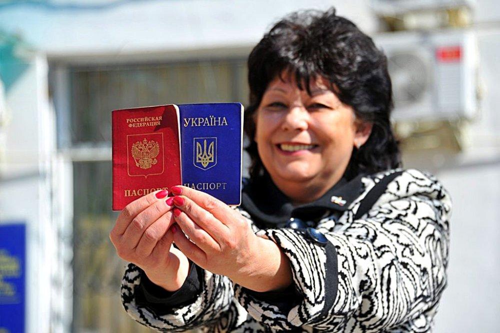 Усидеть на двух стульях не выйдет: как крымчане используют паспорт Украины