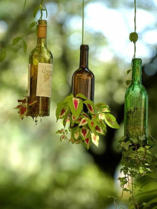 Идеи превращения винных бутылок в стильные и функциональные: Вертикальные горшки. Необычные вертикальные подвесные горшки для вьющихся растений.