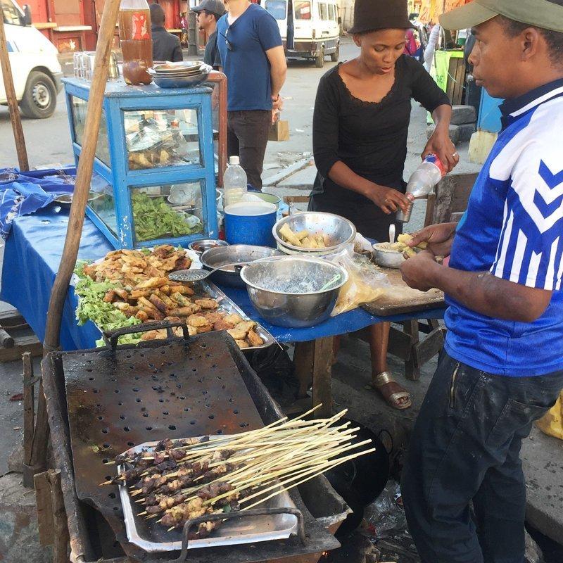 А это типичный продавец фастфуда Антананариву, африка, беднейшие страны, города Мадагаскара, мадагаскар, путешествие, столица Мадагаскара, столицы