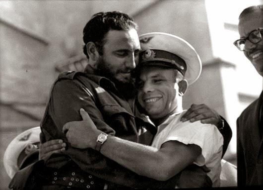 Дружеские объятия с Фиделем Кастро.