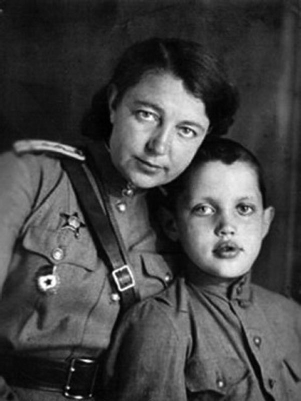1013 Роберт Рождественский с мамой Верой Павловной.jpg