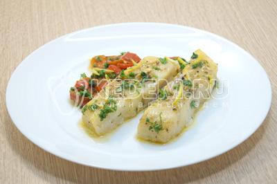 Выложить на блюдо рыбу с овощами.
