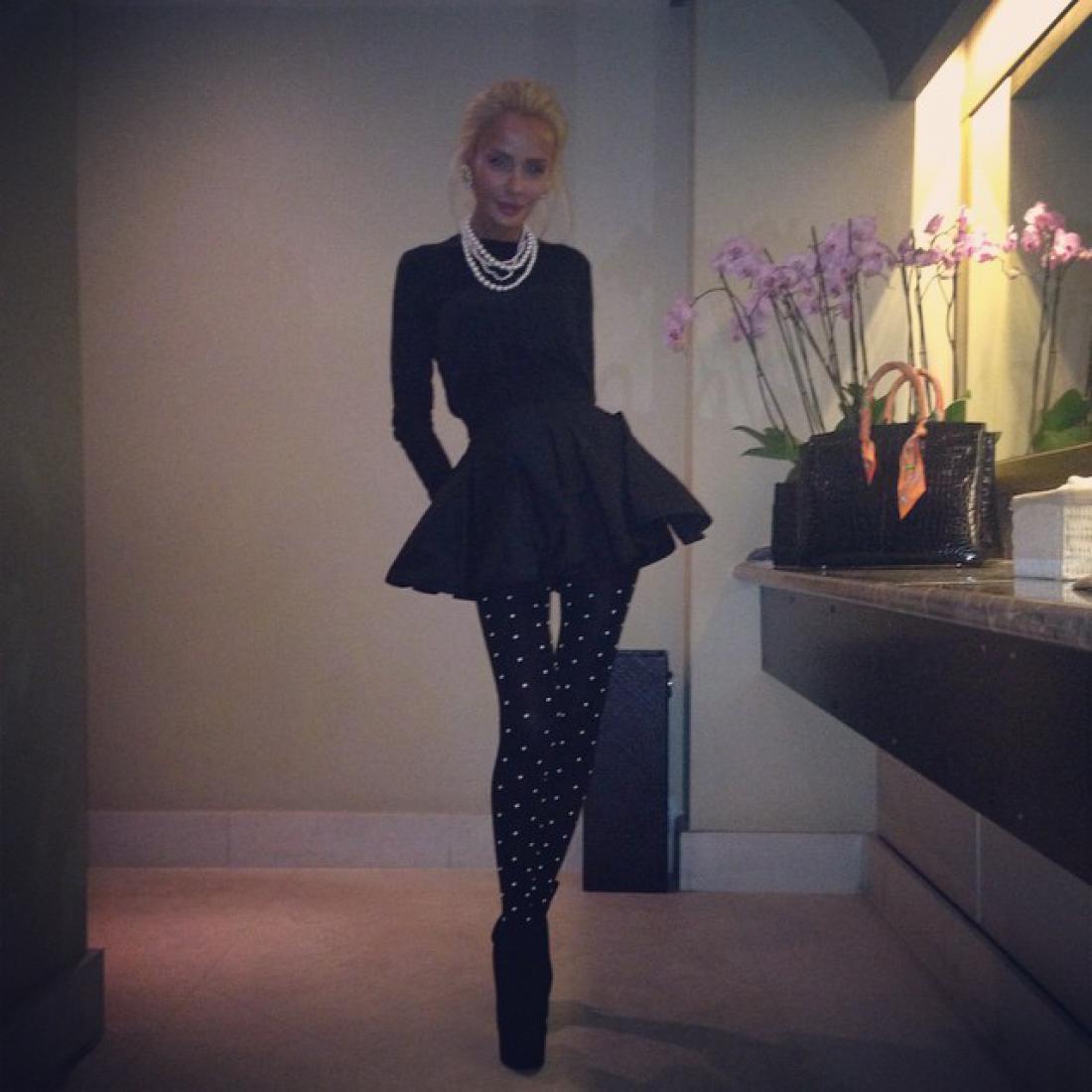 Русская жена британского олигарха Кристина Сысоева ходит по бутикам в бикини