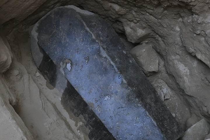 В Египте ученые вскрыли «таинственный черный саркофаг»