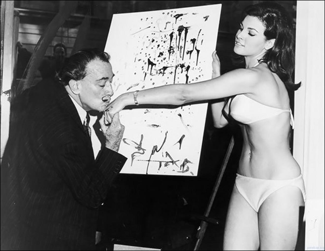 Сальвадор Дали целует руку Ракель Уэлш после окончания ее портрета, 1965 Историческая фотография, история, факты