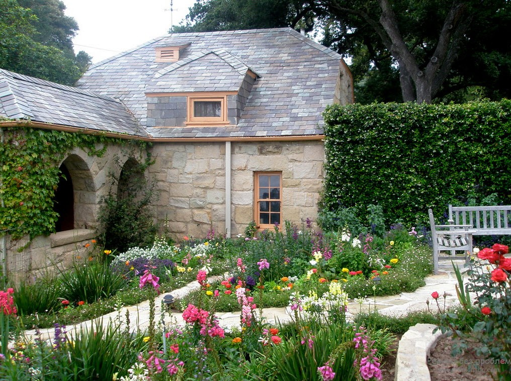 Красивый двор своими руками с яркими цветниками
