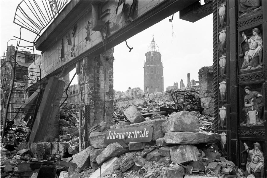 """""""Под нами было море огня"""".  Архивные  фото бомбардировки Дрездена ( +18 )"""