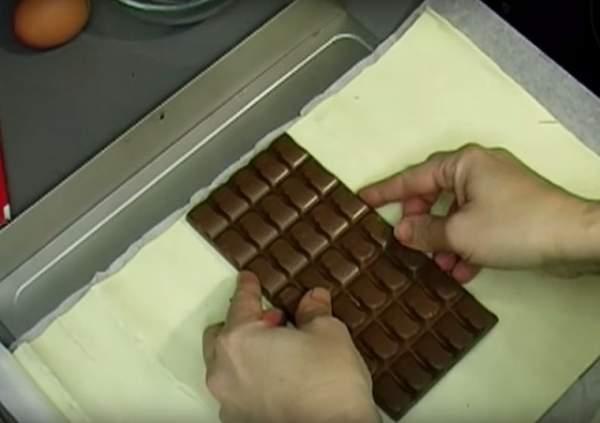 Она положила шоколад в духов…