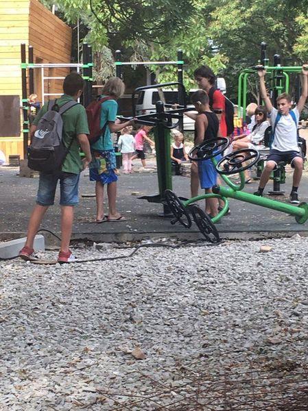 В Ялте дети играют с кирпича…