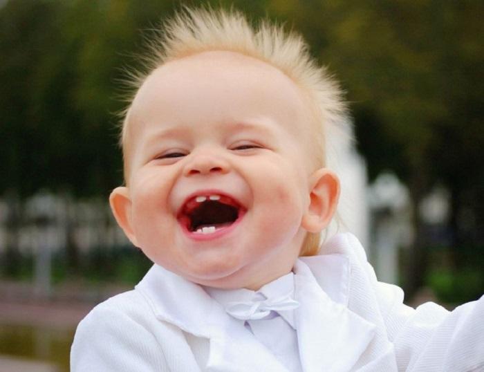 Солнечная улыбка, во весь почти беззубый рот.