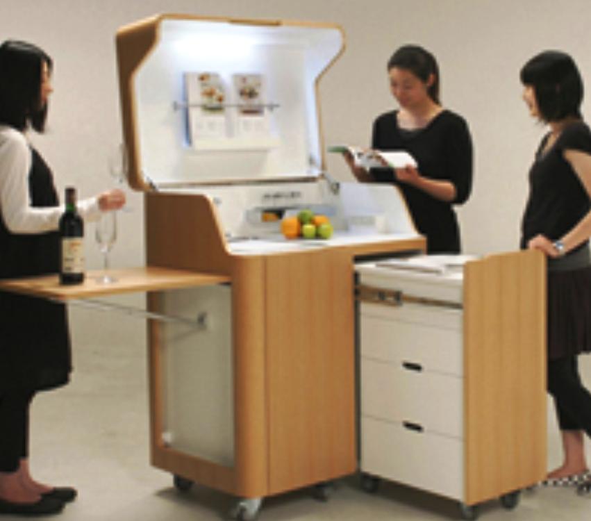 Решение проблемы маленькой кухни —  вместить все необходимое в крошечный гарнитур, что сэкономит массу места