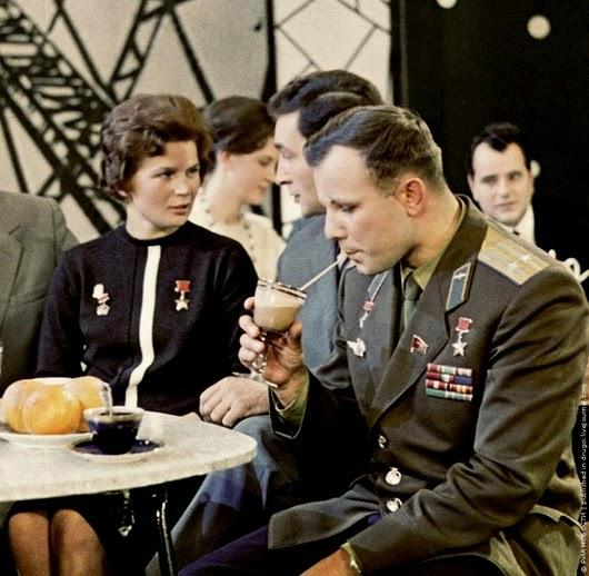 Юрий Гагарин, Валентина Терешкова и актер Вячеслав Тихонов в студии Центральной студии телевидения, 1 июня 1963 г.