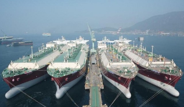 Мировому флоту газовозов гро…