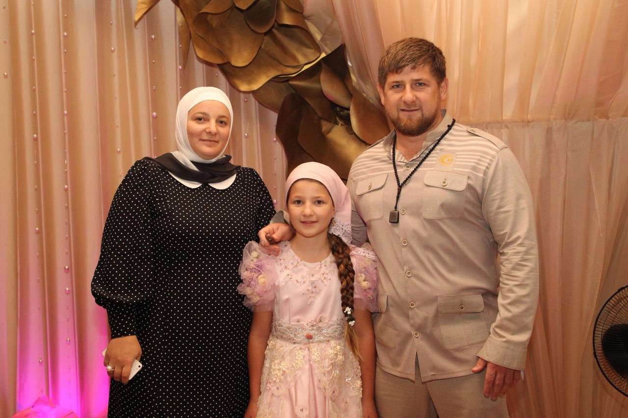 «Она у нас одна такая!» Рамзан Кадыров откровенно рассказал о своей жене и посвятил ей трогательное видео
