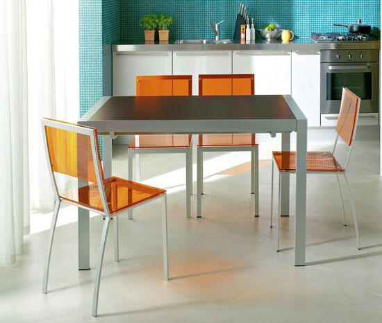 Прозрачная мебель на кухне в хрущевке зрительно увеличит пространство