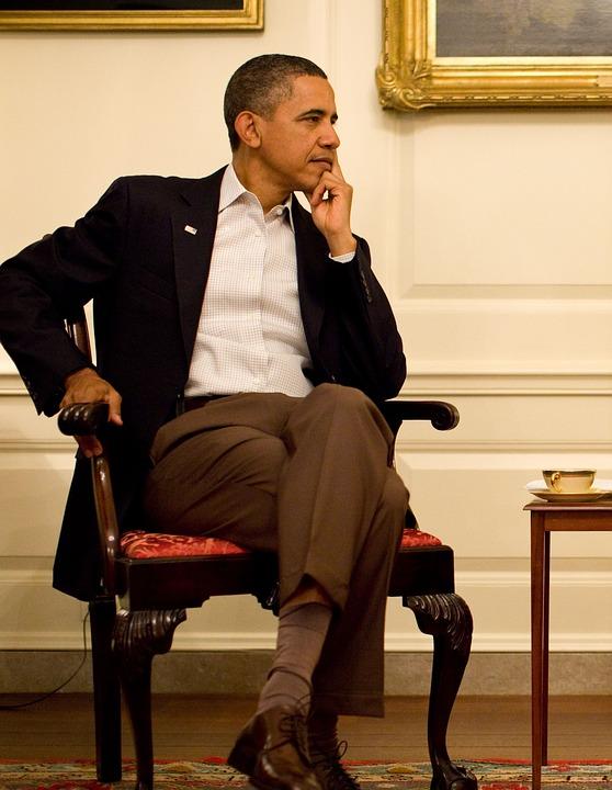 Барак Обама делится историями из жизни, чтобы отвлечь общество от многочисленных негативных новостей 2017 года