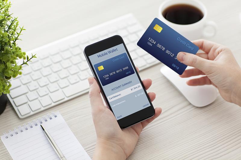 Мошенники стали чаще взламывать банковские карты через мобильные приложения