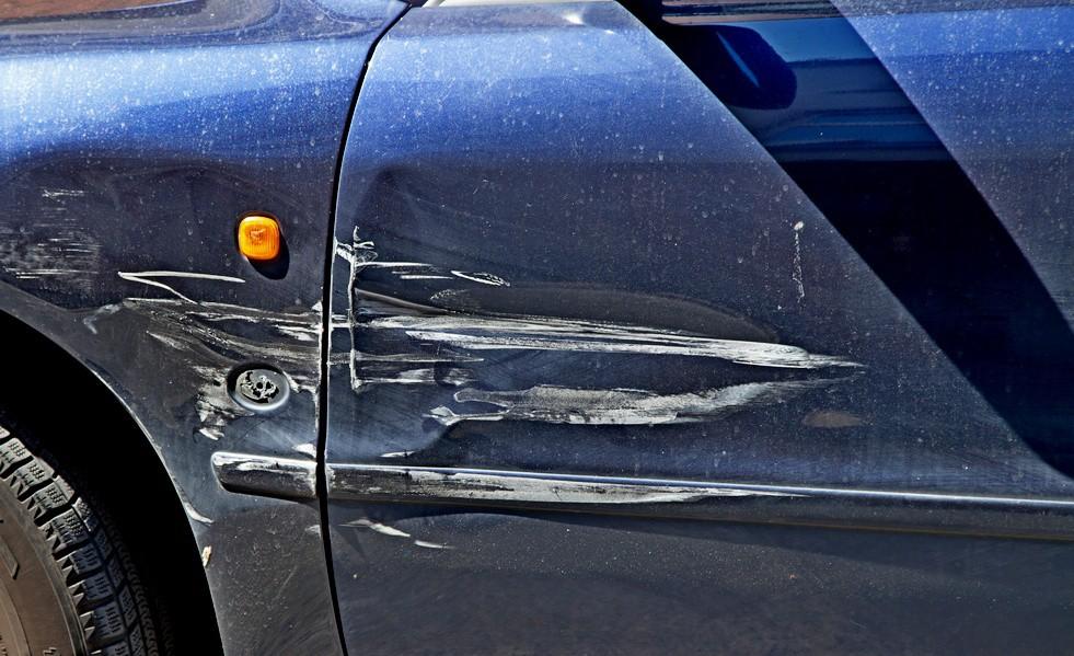 Что делать, если на парковке поцарапали машину?