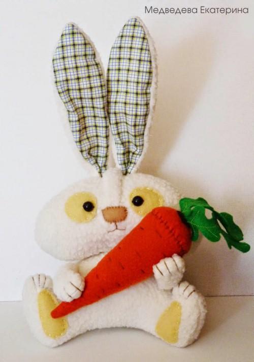 Зайчик с морковкой своими руками