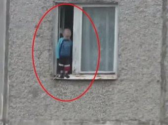 Видео прогулки 3-летнего мальчика по карнизу 8 этажа взбудоражило сеть