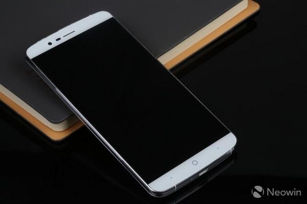 Смартфон Elephone P8000 питается от батареи 4200 мАч