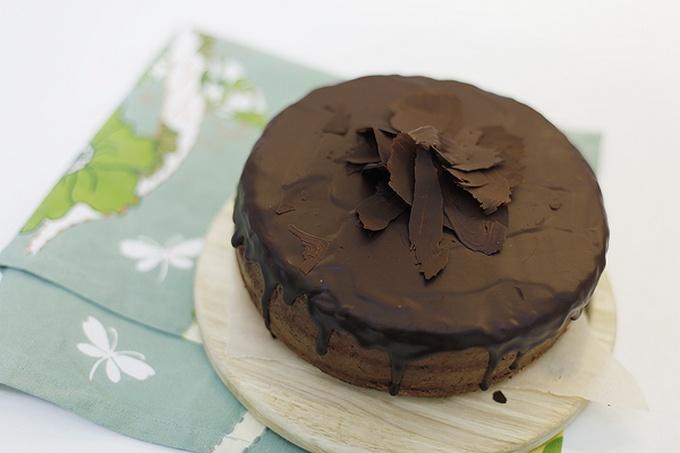 Шоколадный торт с бисквитом и апельсиновой пропиткой
