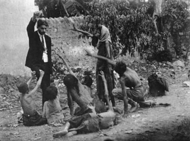 2. Османская империя, 1915 год. Геноцид армян. Турецкий чиновник дразнит голодных армянских детей куском хлеба. интересное, исторические фото, история, фото