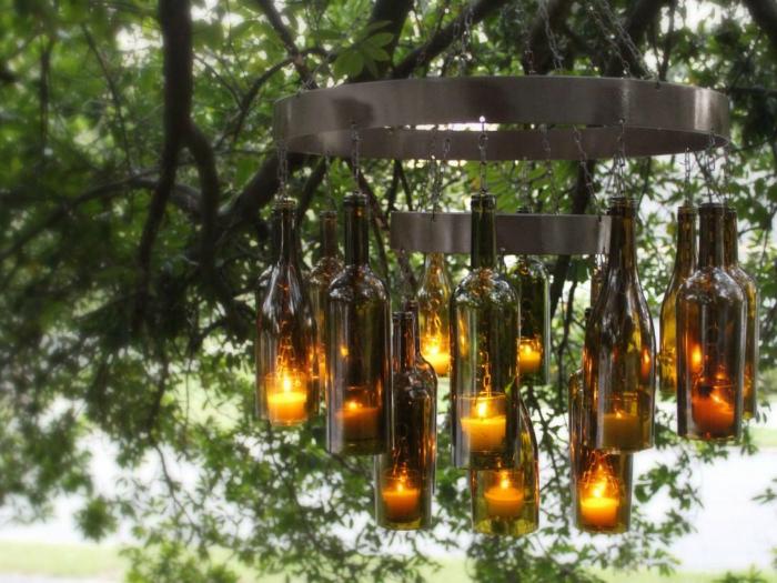 Идеи превращения винных бутылок в стильные и функциональные: Загадочная люстра. Необыкновенная люстра в средневековом стиле, которая состоит из металлического каркаса, винных бутылок и свечей.