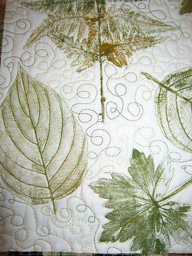 штампы из листьев на лоскутном полотне