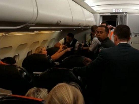 «Путин вас убьет»: пьяная пассажирка самолета устроила французским полицейским ад
