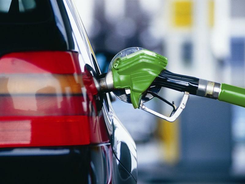 ФАС ответила депутатам, почему бензин во всем мире дешевеет, а в России — дорожает