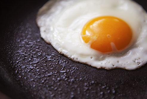 Одно или два яйца в день повышает риск сердечно-сосудистых заболеваний Фото:webmd.com