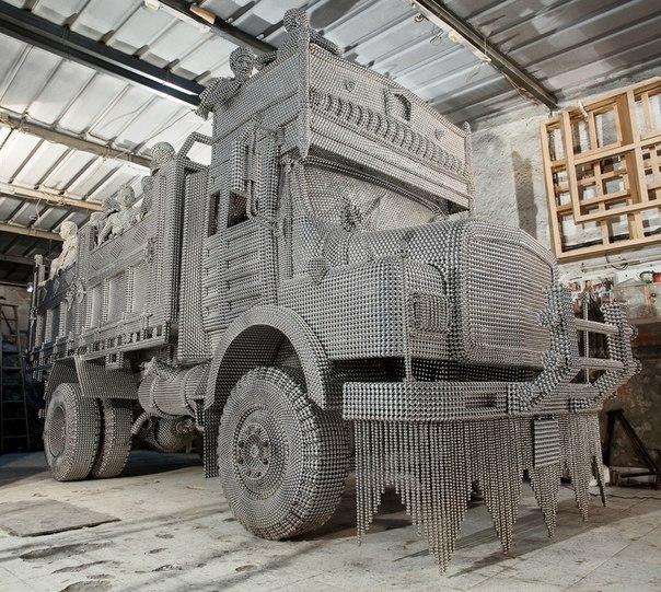 Скульптура грузовика из сотен тысяч стальных шариков.