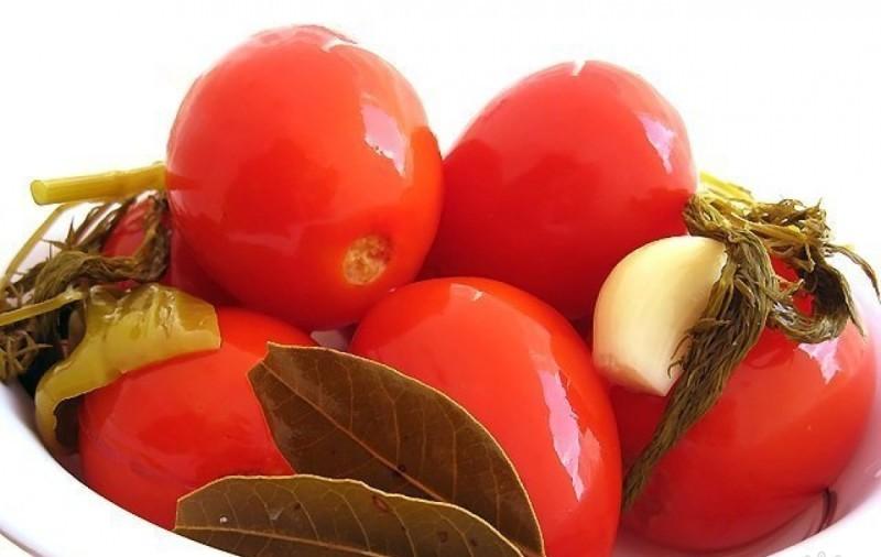 Готовые соленые помидорки