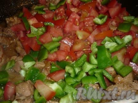 Морковку, помидоры и перец порезать небольшими кубиками и отправить в сковороду к мясу. Тушить 20 минут.