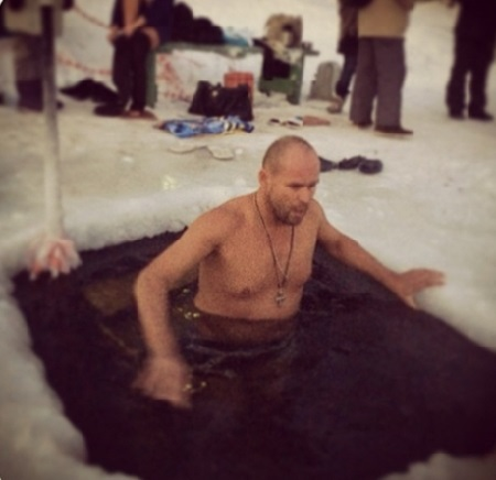 19 знаменитостей, которые осмелились окунуться в прорубь на Крещение.